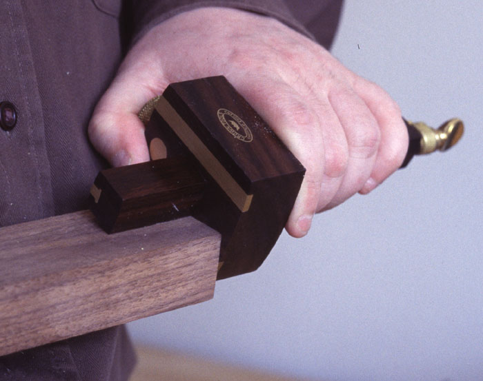 How to hold a mortise gauge